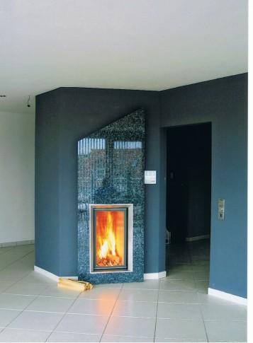 Stilkamin 80/45 EAS mit ModulAufsatzSpeicher hinter massiver Granitplatte mit angesteuertem Rauchsauger, in einem Holzständer-Haus, 2001
