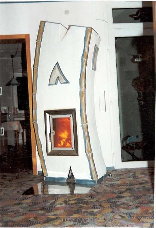 Künstlerischer 'krummer' Ausstellungs-Speicherofen mit Feuersicht (HKD 4 GOT) und Graffiti-Kacheln, 1999