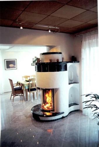 Runder Heizkamin mit 180°-Feuersicht als Raumteiler; 1994