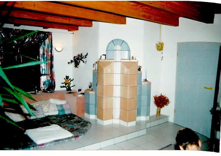 Postmodernen Warmluft-Kachelofen; HBO 4 mit GNF 10; Individuelle Handformkacheln in 3 Glasuren mit Sonderteilen; 1990