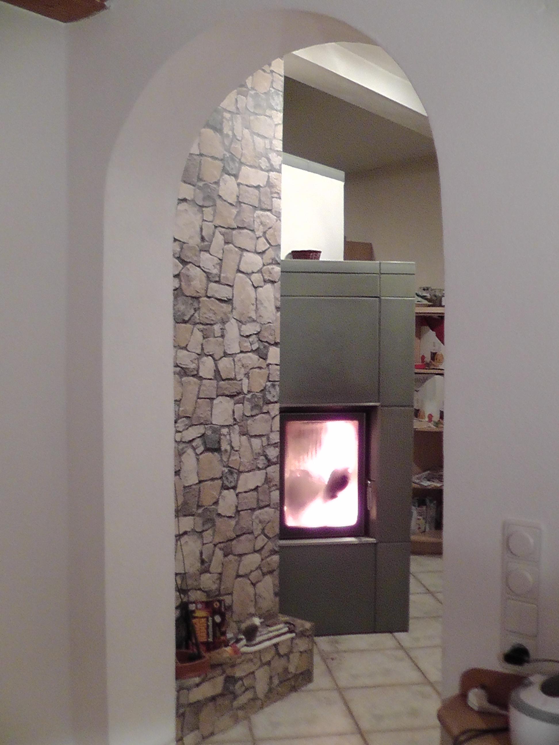 Sehr kompakter Kaminkessel (HKD 2.2 k SK f EOS und BHZ) in kleiner Küche mit strukturierten Grosskacheln (Bambus-Oberfläche); 2010