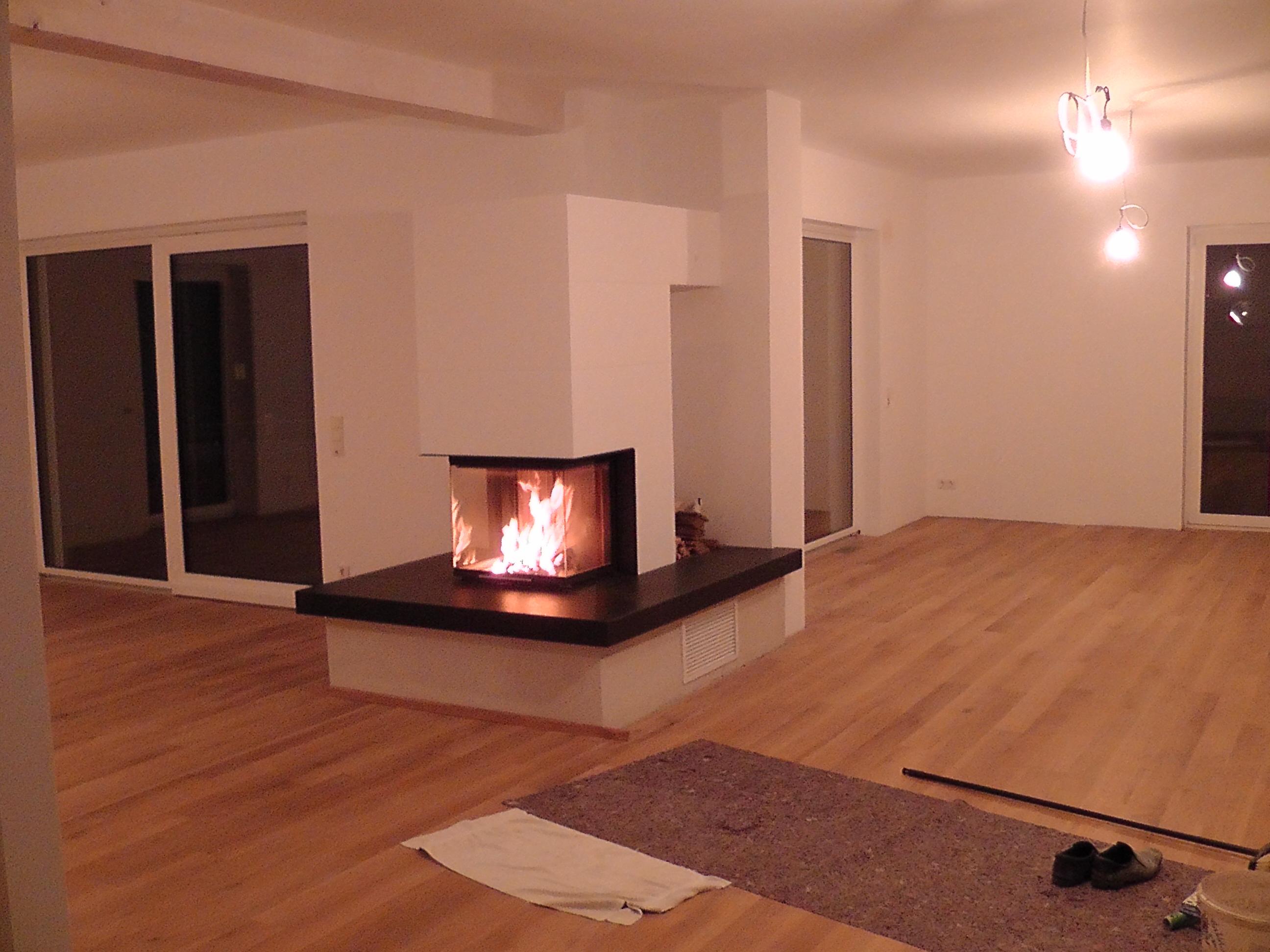 BrunnerSystemKamin 05 mit PanoramaKamin 57/40/60/40 mit Holzfach an Granit-Feuertisch; 09.2016