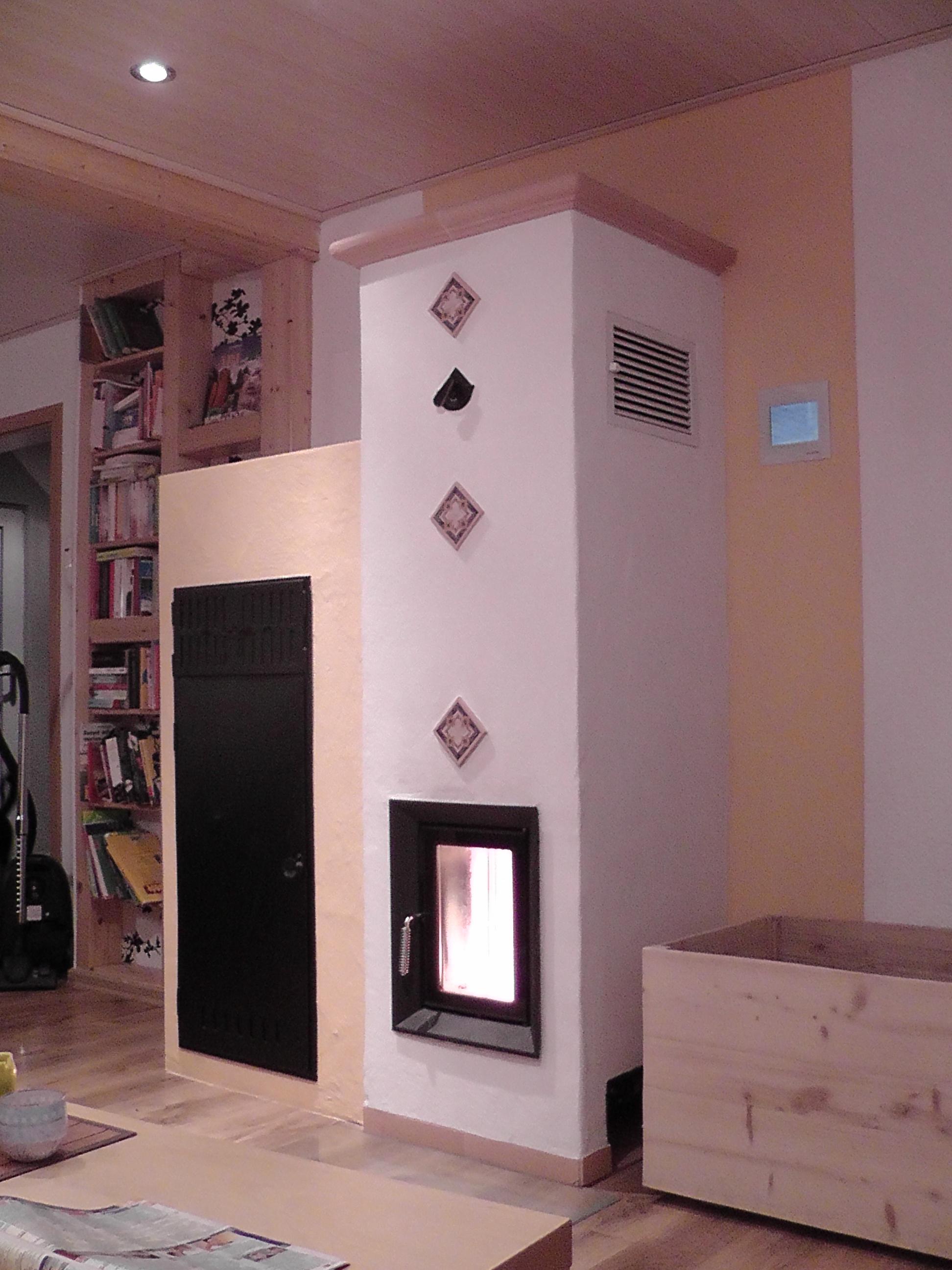 Kompakter Zentralheizungsofen (HKD 6 mit ModulAufsatzSpeicher und Pelletmodul + EOS) mit Warmluftschächten in einem alten Haus; 2012/2013