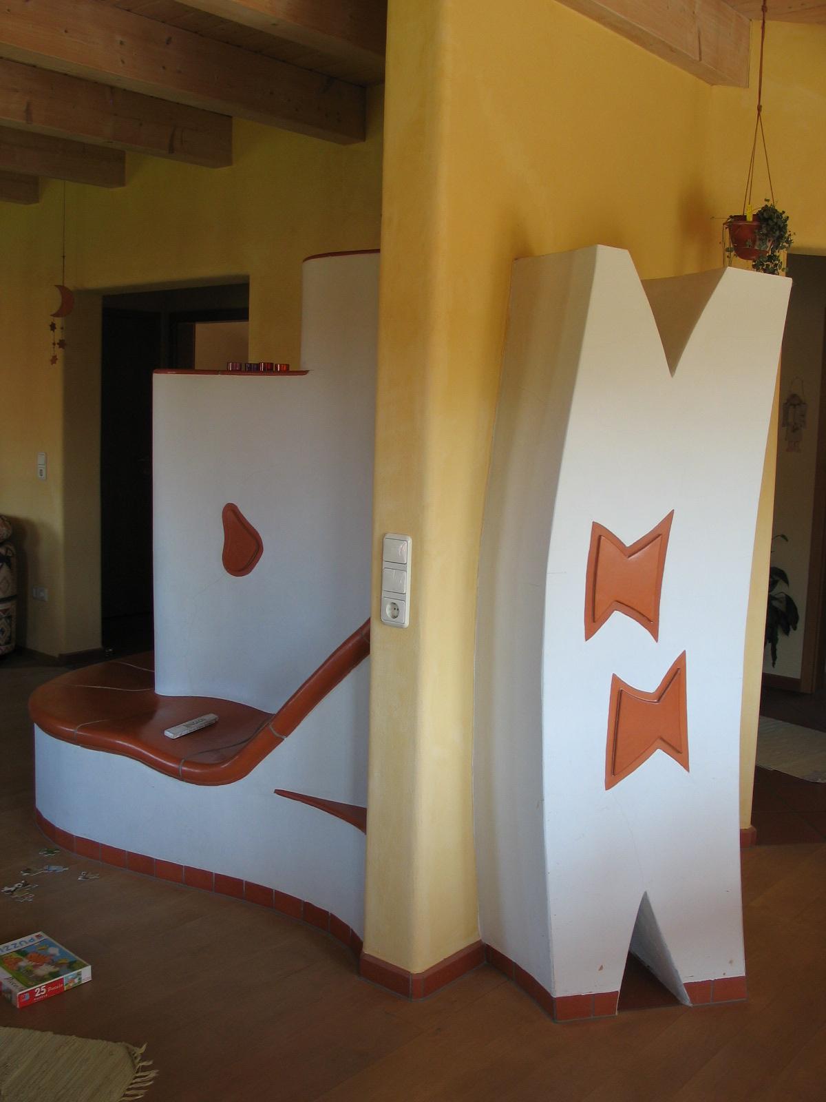 Künstlerischer runder Speicherofen (HBO-10-Tür) über 3 Räume mit beheizter Körperform-Kachelbank, 1995
